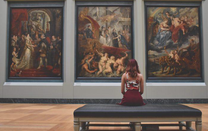 pixabay museo woman cuidar tus cuadros